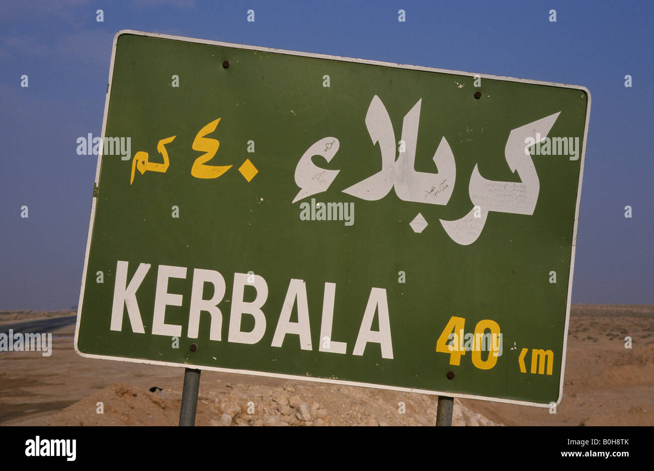 Road sign, 'Kerbala 40 km' near Baghdad, Iraq, Middle East - Stock Image