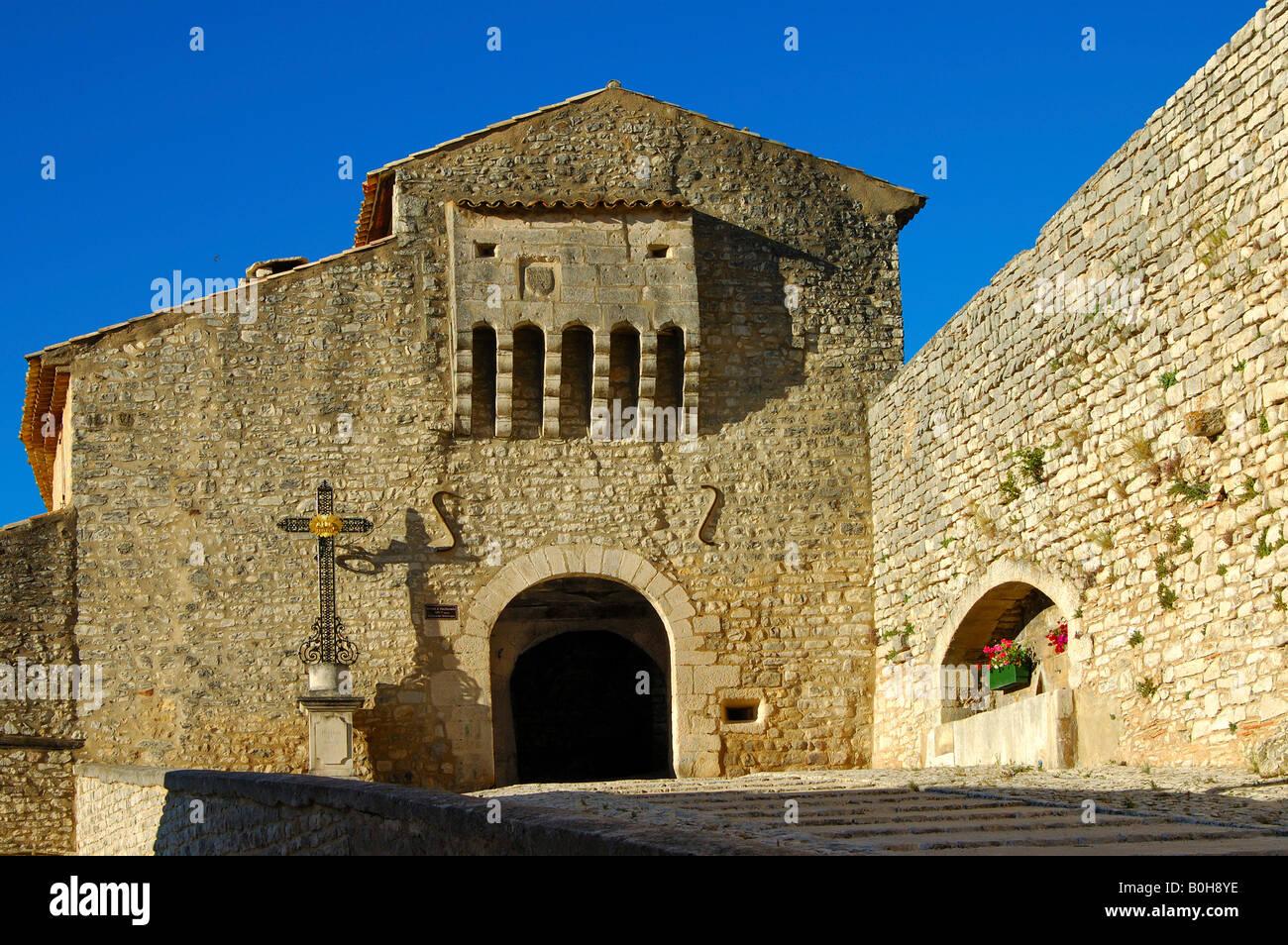Gate, fourteenth-century city walls, Banon, Provence, France - Stock Image