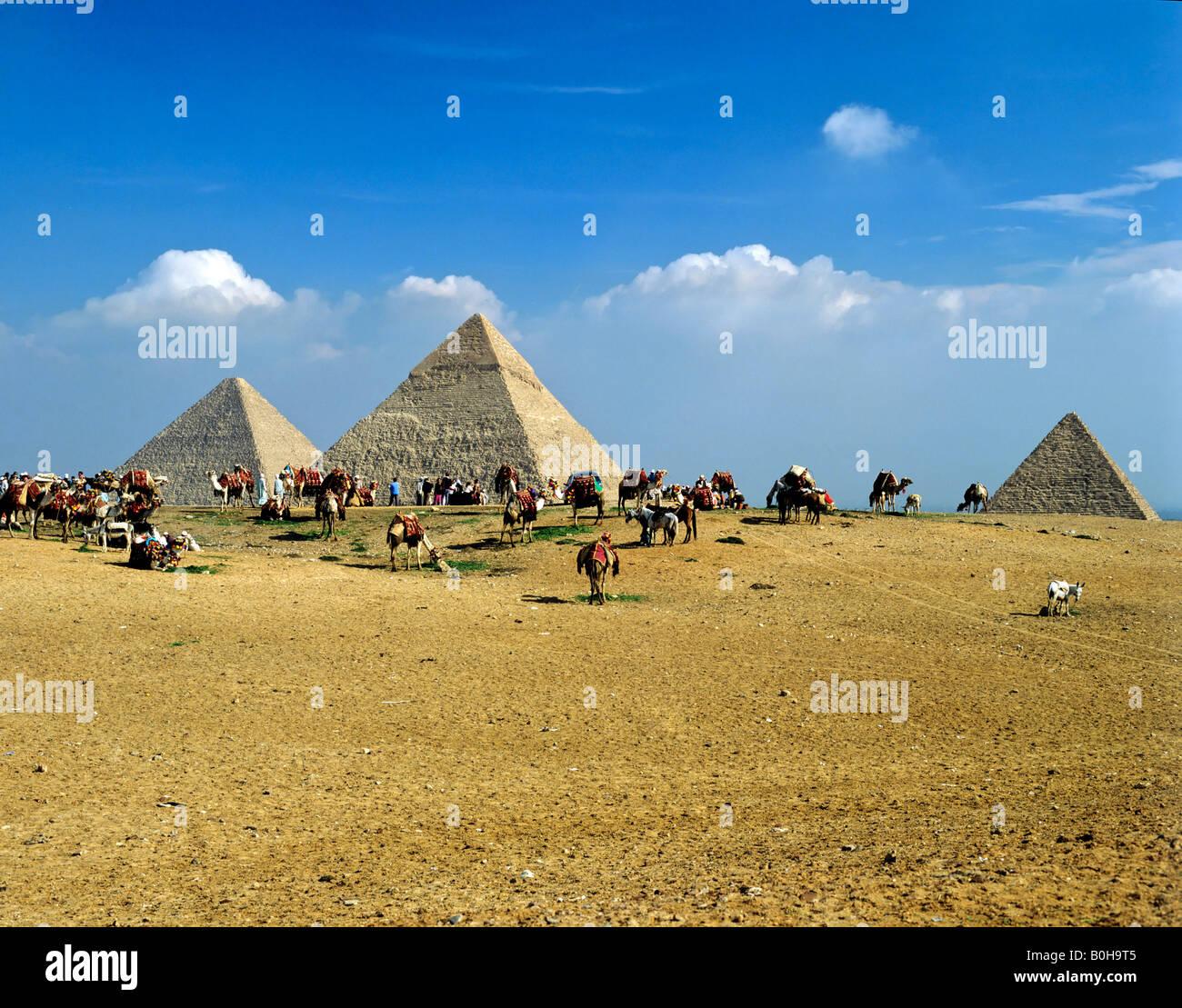 Giza pyramid complex, Khufu, Khafra, Menkorah Pyramids, Cairo, Egypt - Stock Image