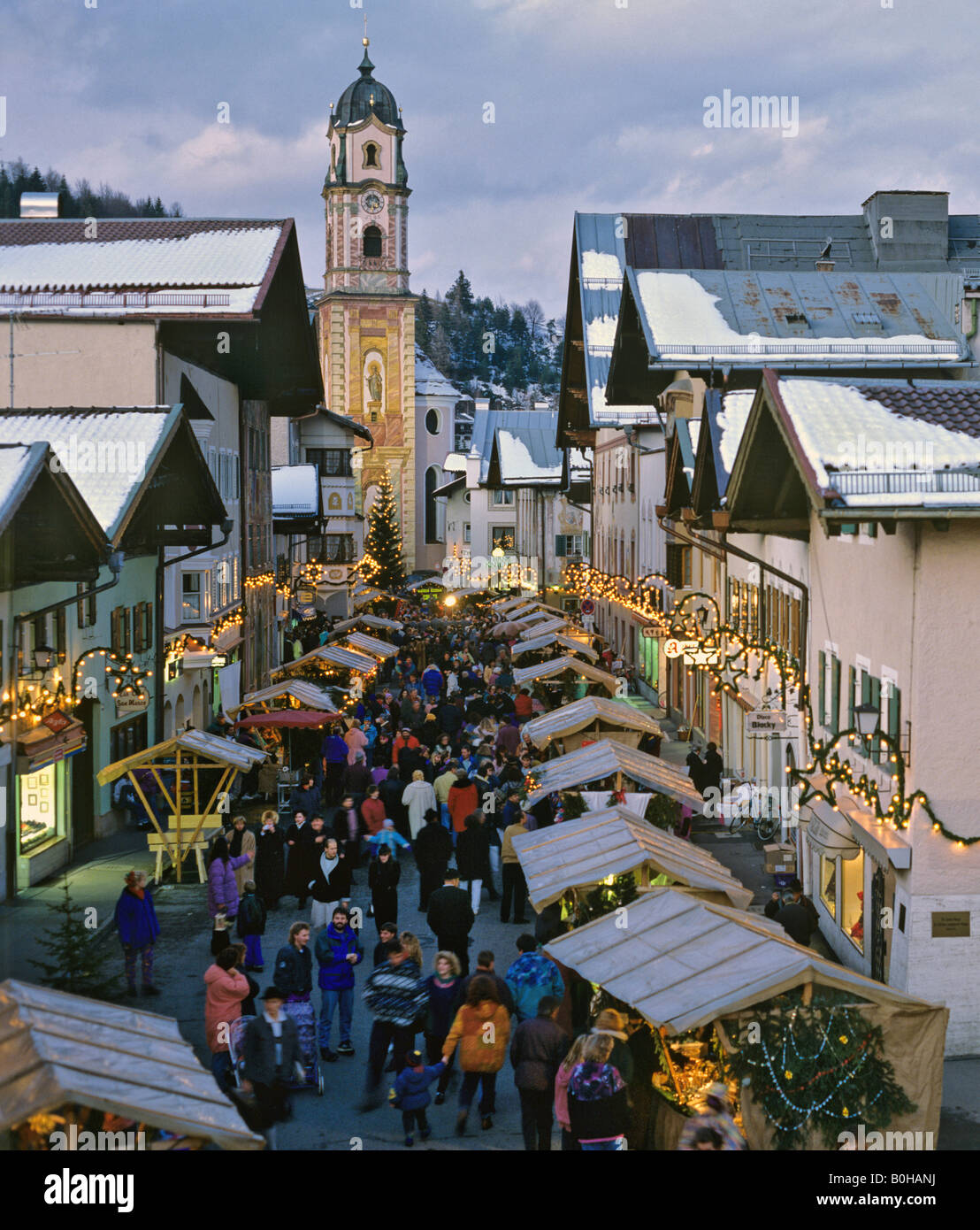 Christmas market in Mittenwald, Pfarrkirche, St. Peter and Paul Parish Church, Upper Bavaria, Bavaria, Germany - Stock Image