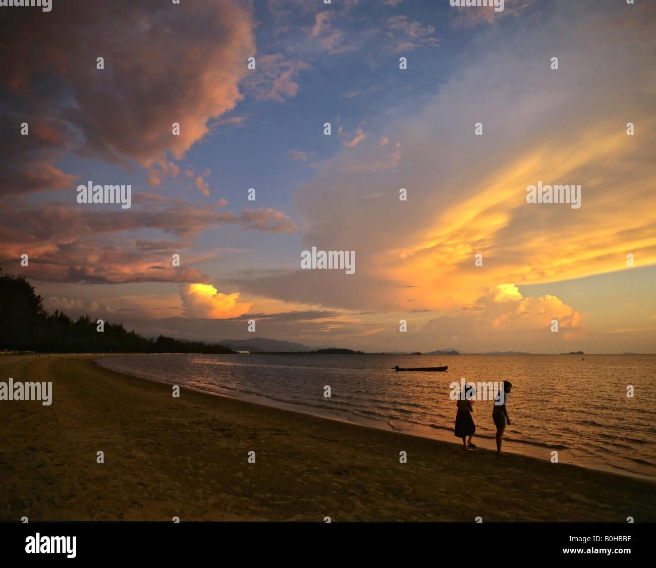 Evening light, two children on a beach, Kota Kinabalu, Borneo, Malaysia - Stock Image