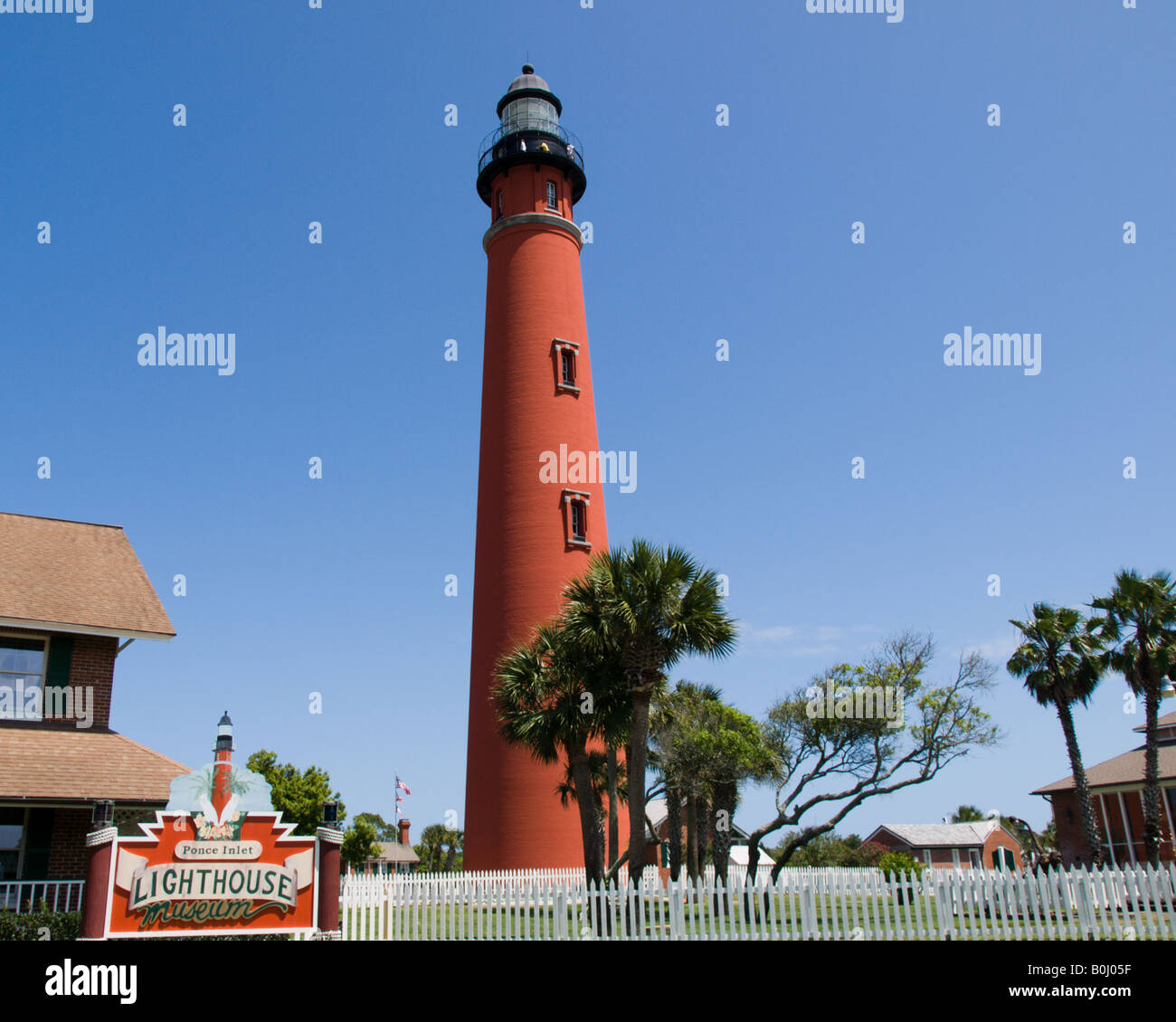 PONCE DE LEON INLET LIGHTHOUSE SITS ON THE EAST COAST OF FLORIDA BETWEEN THE ATLANTIC OCEAN AND THE HALIFAX RIVER - Stock Image