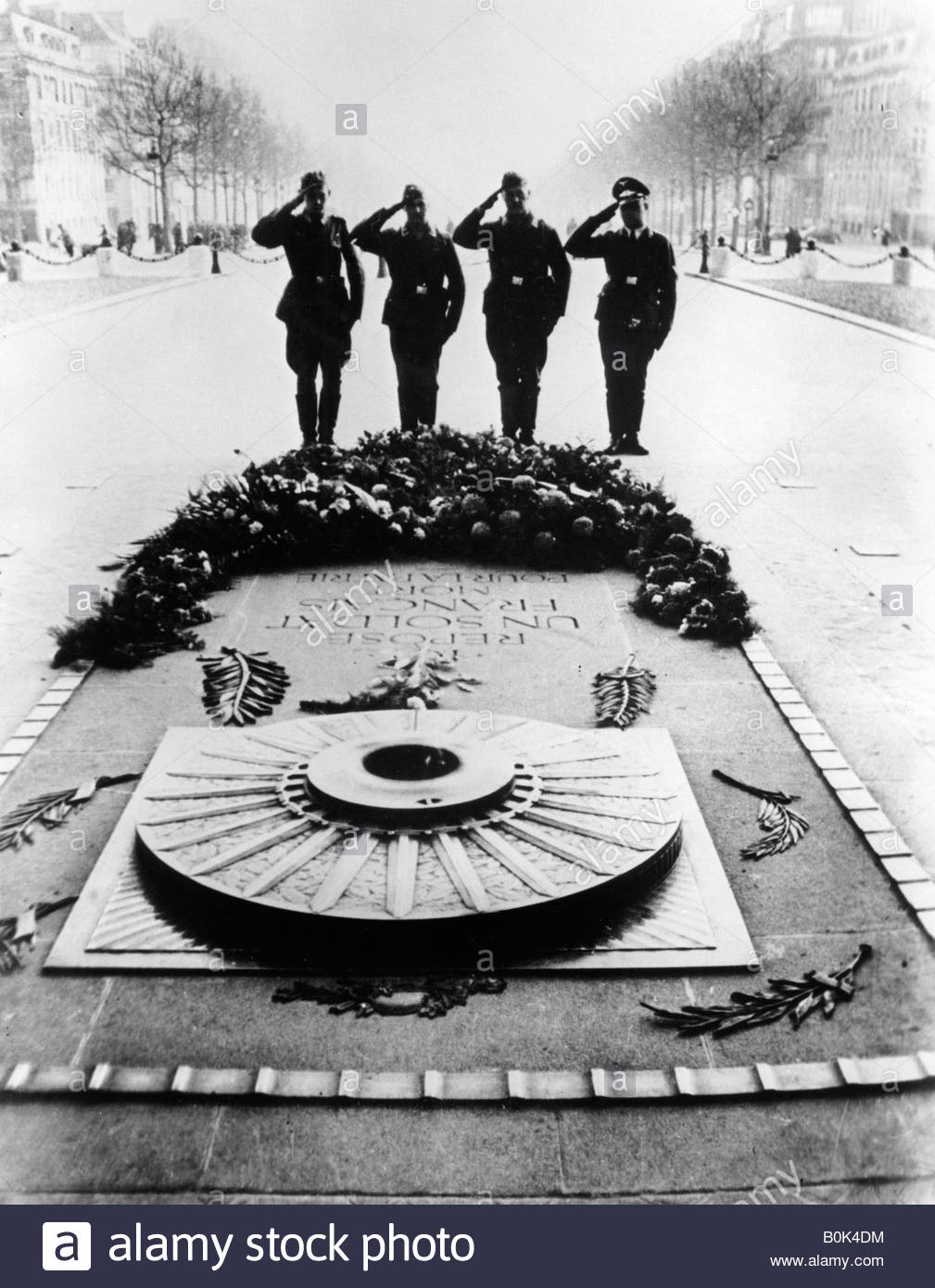 German soldiers saluting the Tomb of the Unknown Soldier, Paris, December 1940. - Stock Image