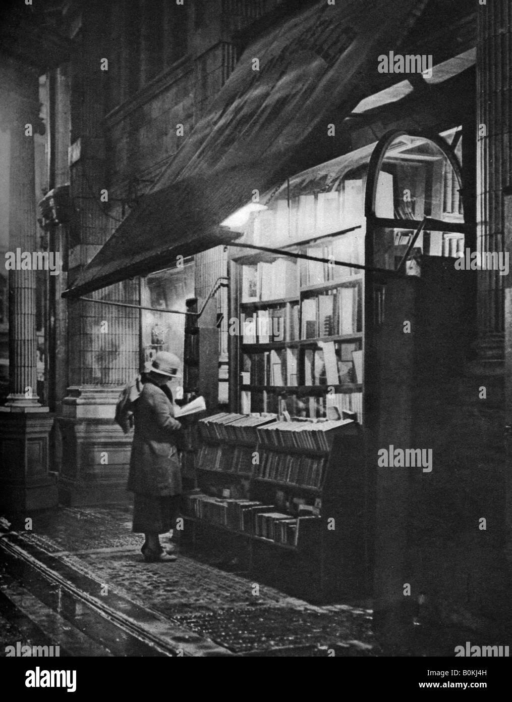 A bookshop in Bloomsbury, London, 1926-1927. Artist: HW Fincham - Stock Image