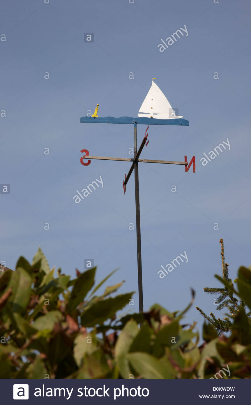 Home made boat shaped weathervane against blue sky - Stock Image