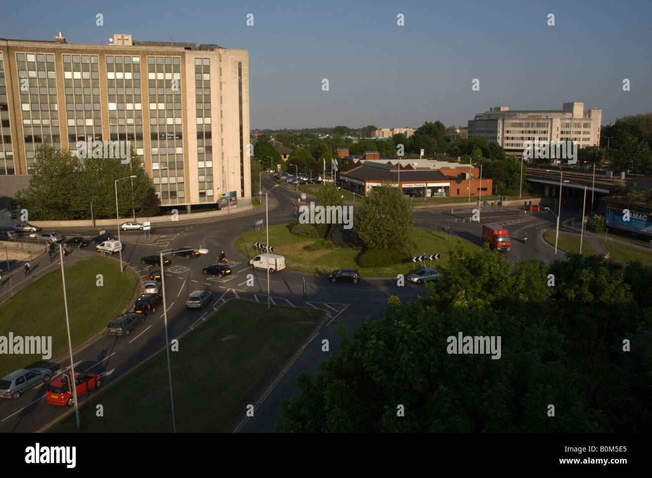 Roundabout on the northern section of the IDR (Inner Distribution Road), Reading, Berkshire, UK, showing London - Stock Image