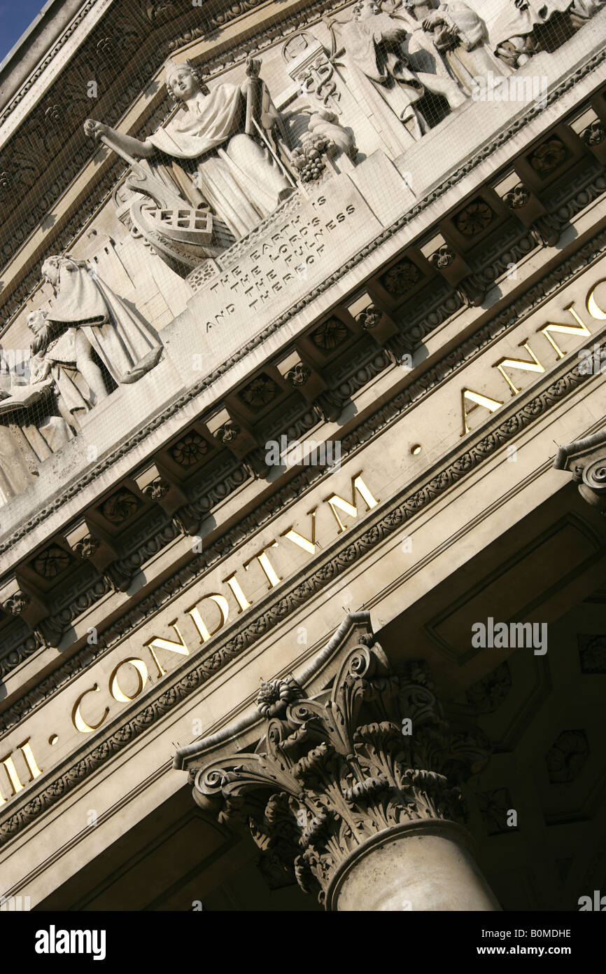 City of London, England. Architecture above the main entrance to the Royal Exchange Building at Cornhill, Threadneddle - Stock Image
