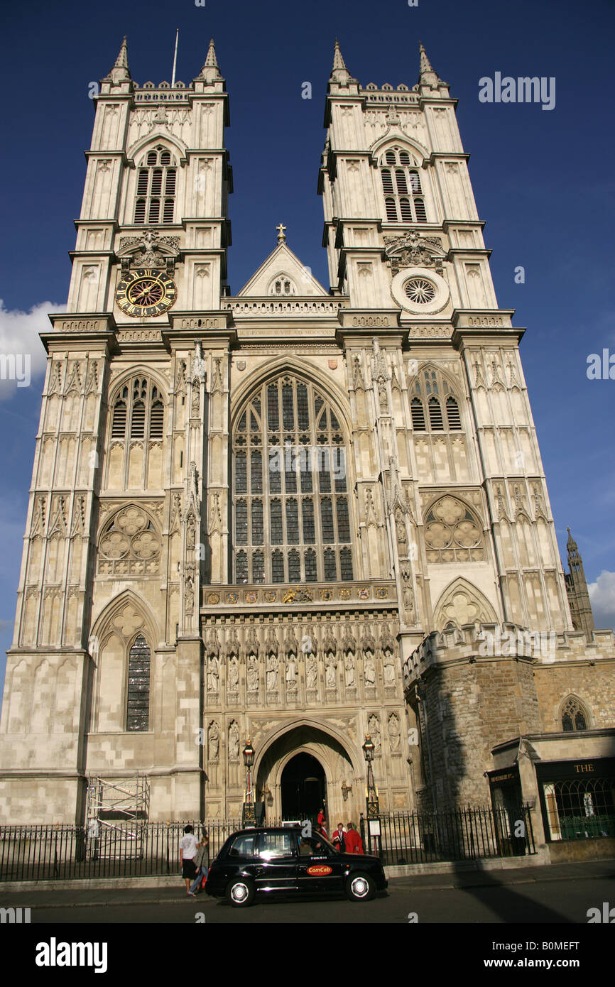 City of Westminster, England. A Hackney cab taxi in front of Westminster Abbey western façade and Great West - Stock Image