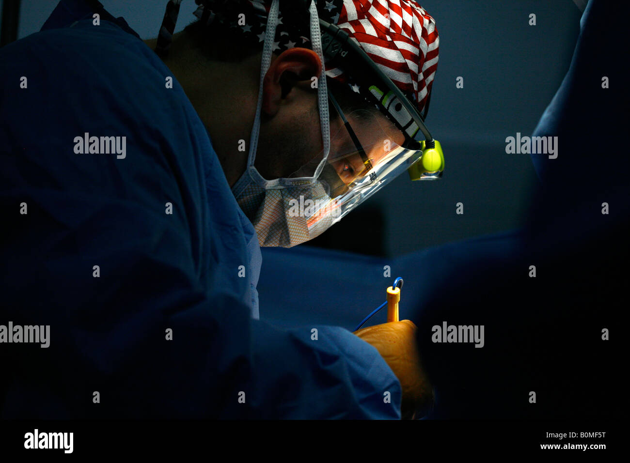 A surgical team operates on a patient during a 2006 surgical mission to Sula Santa Barbara hospital in Honduras - Stock Image