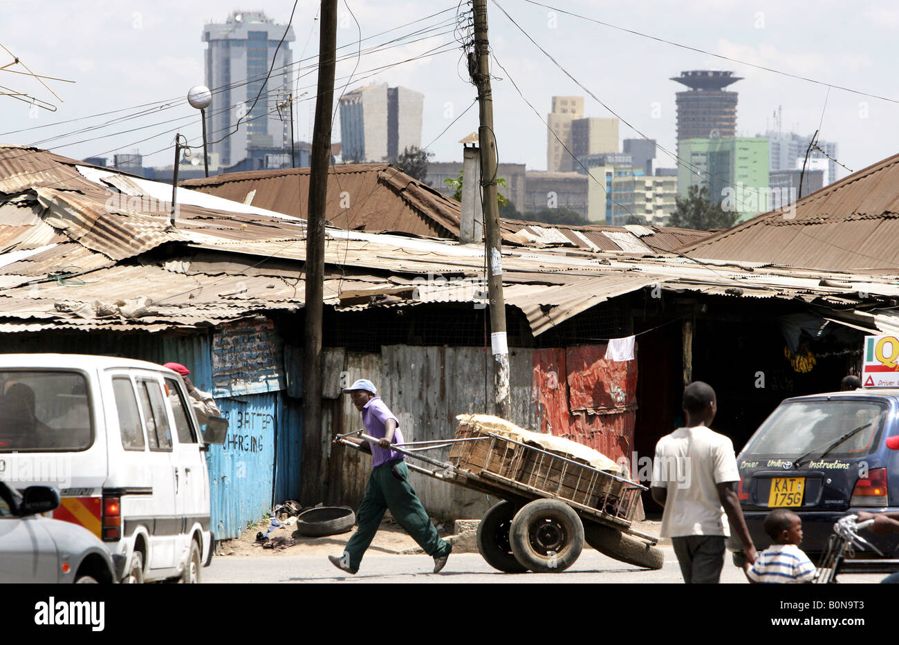 Slum Majengo with the skyline of modern Nairobi in the background - Stock Image