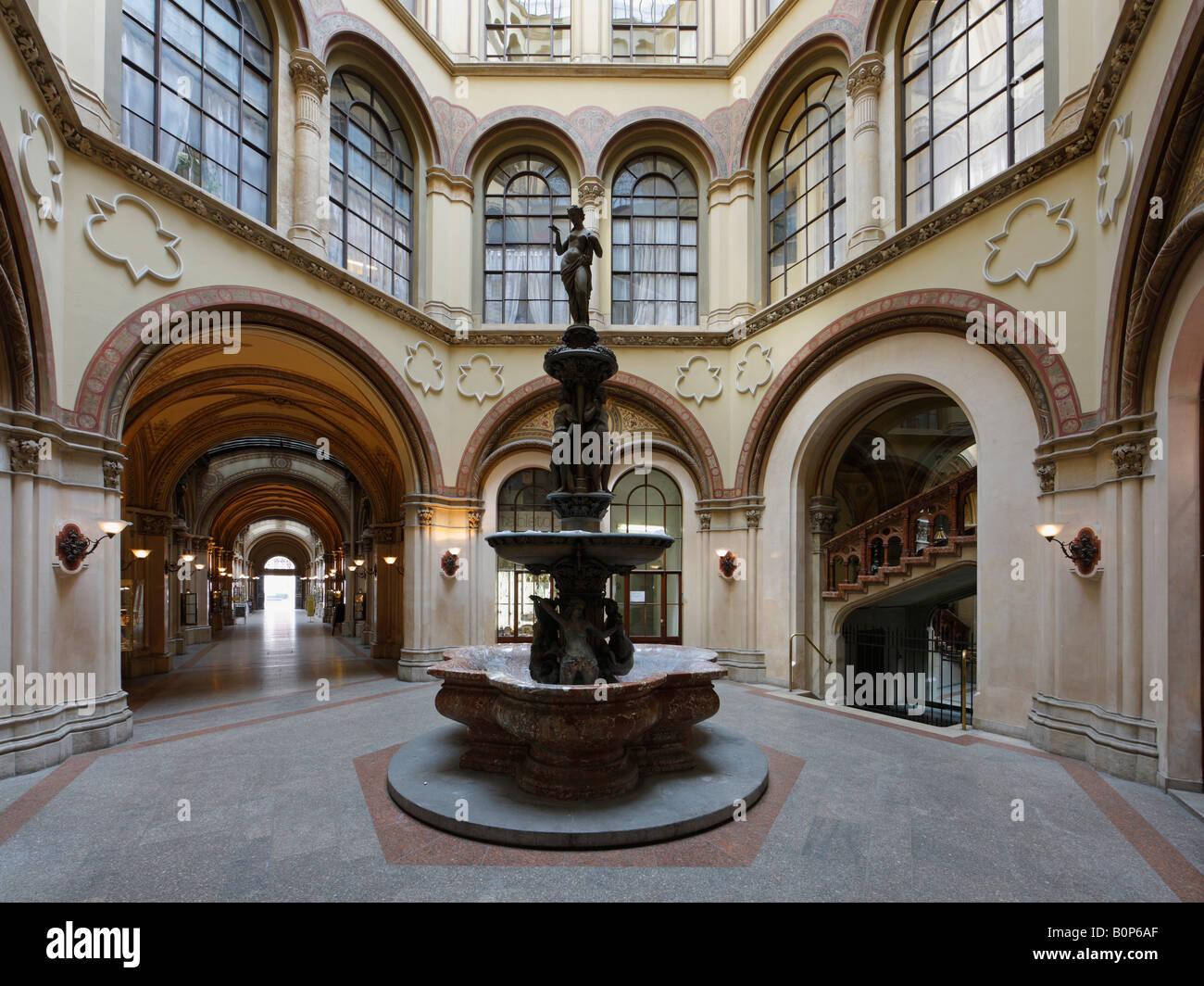 Wien, Freyung-Passage im Palais Ferstel, Brunnenhof mit Donaunixenbrunnen - Stock Image