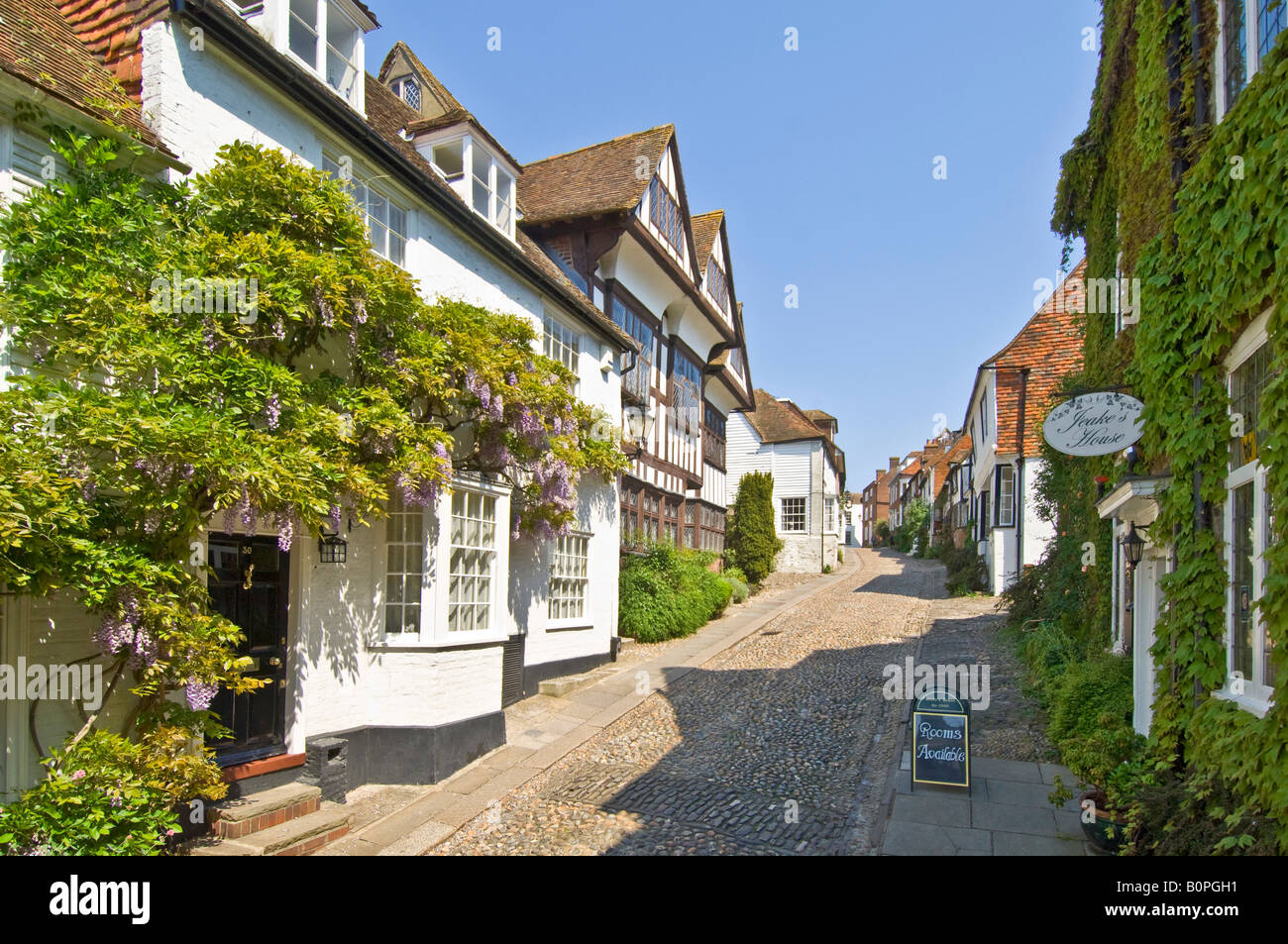 A view looking up Mermaid street (the most famous in Rye) showing its typical architecture. - Stock Image