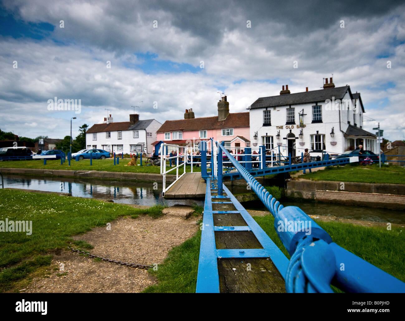 =The lock gates near the Old Ship Inn at Heybridge Basin in Essex. - Stock Image
