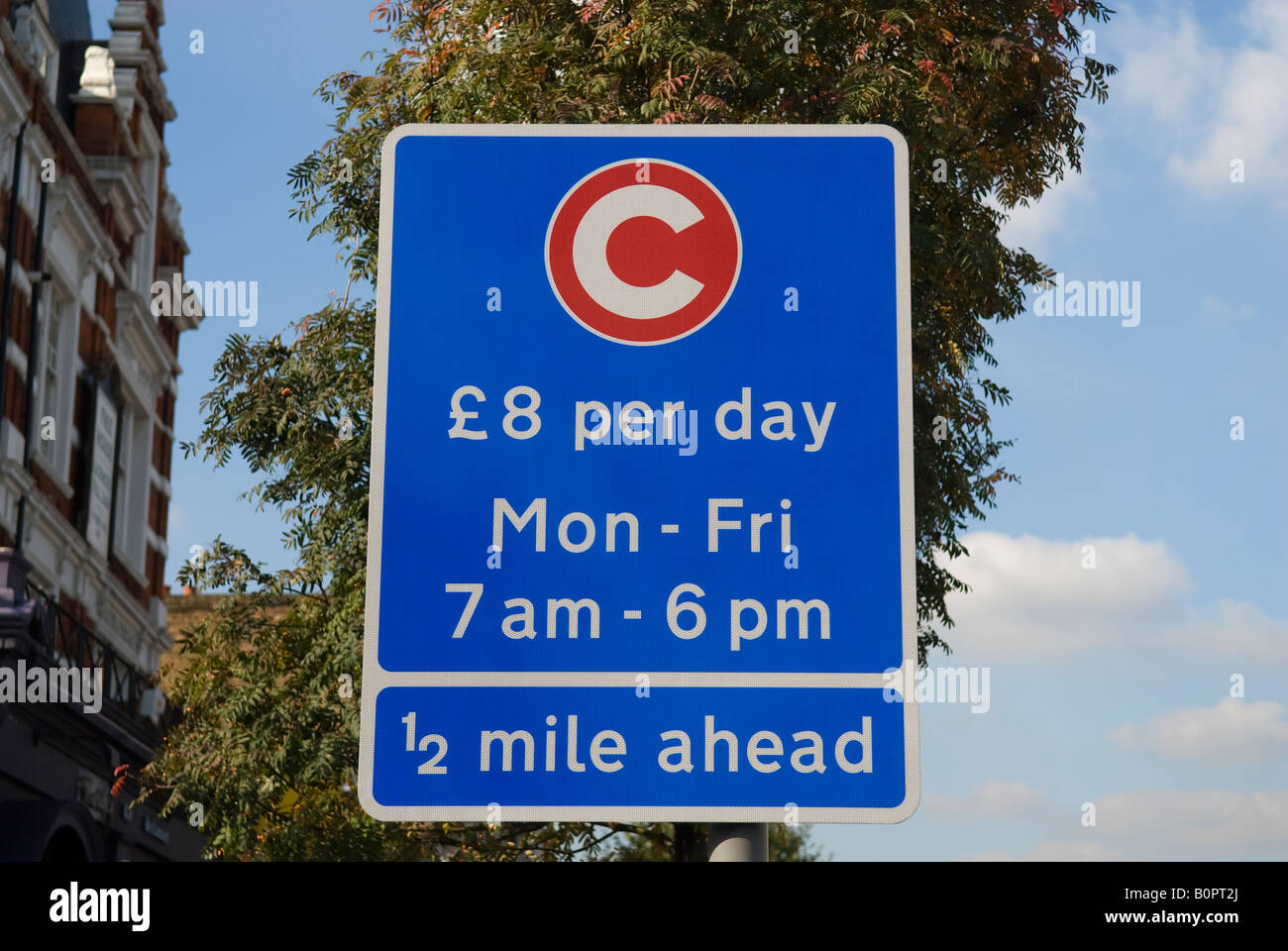 Sign indicating the beginning of the Congestion Charge Zone in London. £8 per day Mon - Fri 7am - 6pm ½ - Stock Image