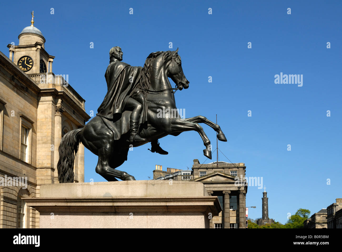 The Register House, Edinburgh with statue of the Duke of Wellington and view to Calton Hill - Stock Image