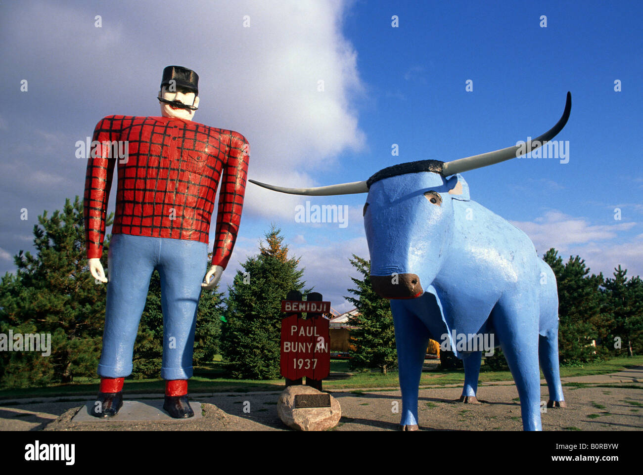 PAUL BUNYAN AND BABE, THE BLUE OX, AT THE PAUL BUNYAN CENTER, BRAINERD, NORTHERN MINNESOTA. SUMMER. - Stock Image