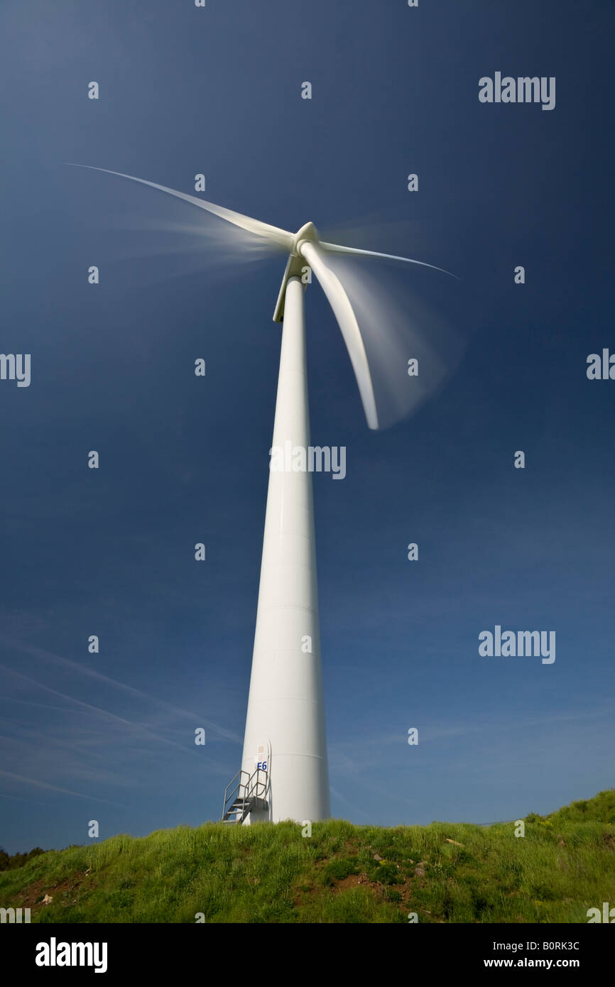 A windmill at work. Eolienne en mouvement. - Stock Image
