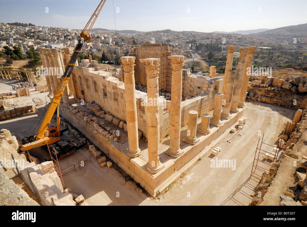 Temple of Zeus with 15 m high Corinthian columns Ruins of Jerash Roman Decapolis city dating from 39 to 76 AD Jordan - Stock Image