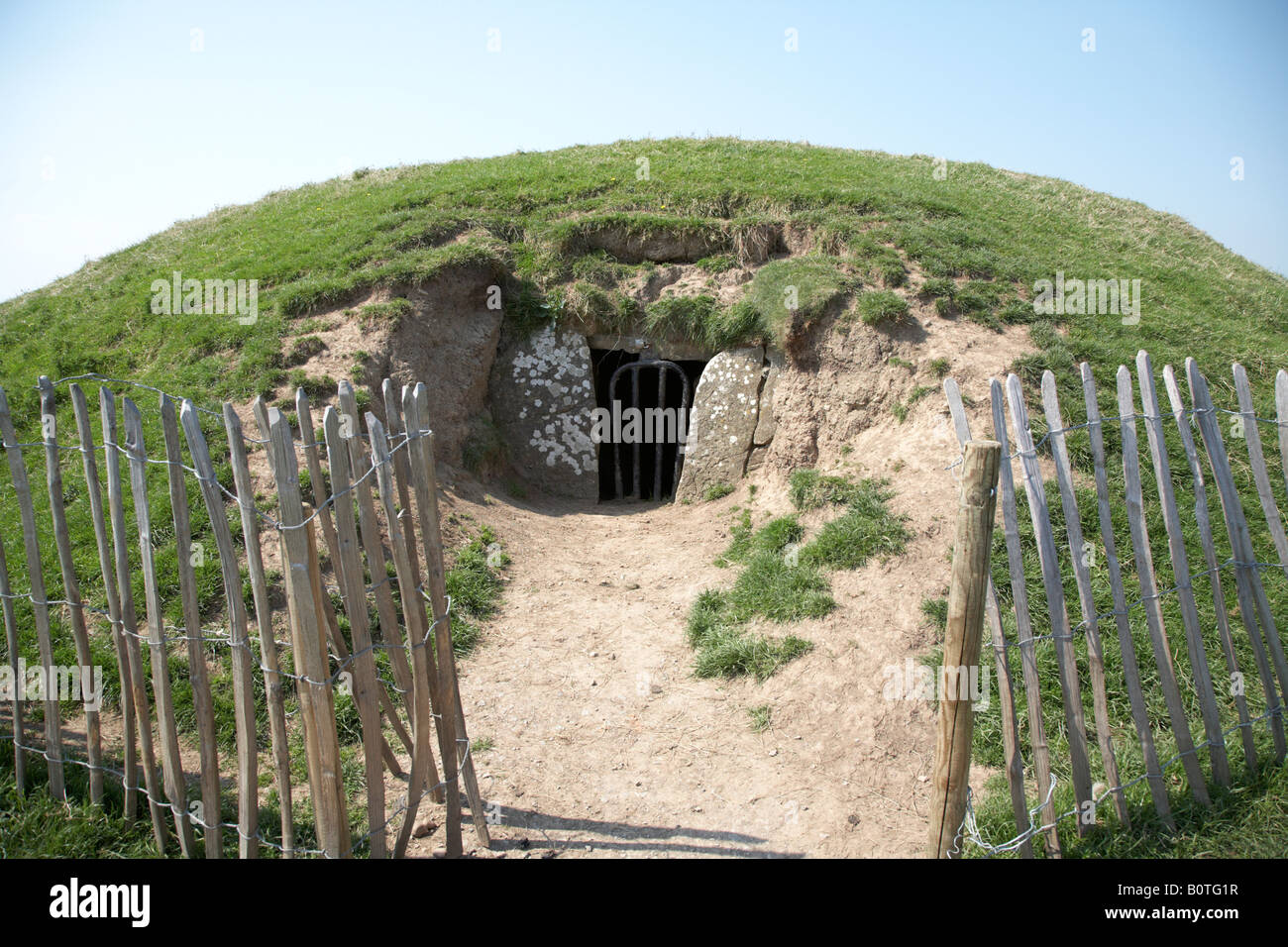 small neolithic passage tomb known as the mound of the hostages on the hill of tara teamhair na ri hill of the king - Stock Image