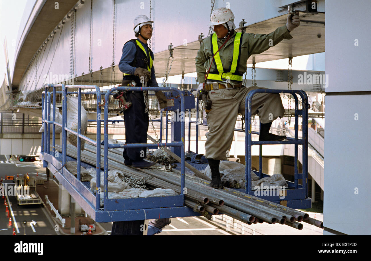 Feb 20, 2004 - Construction workers on an elevated platform underneath a flyover on Odaiba Island in the Bay of - Stock Image
