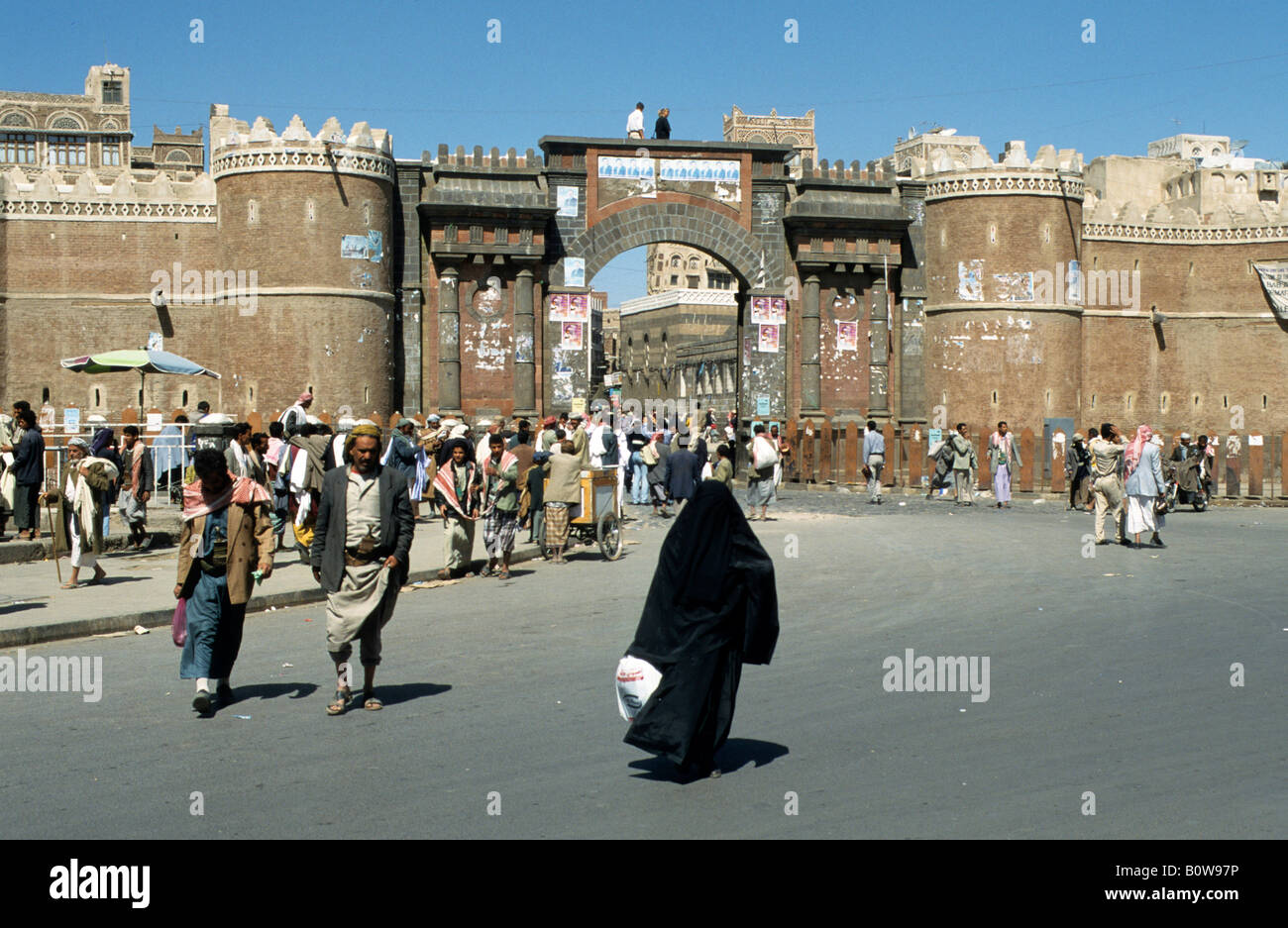 Street scene near the Bab al-Yemen, Bab al-Yaman, Yemen Gate, Sanaa, Yemen, Middle East - Stock Image