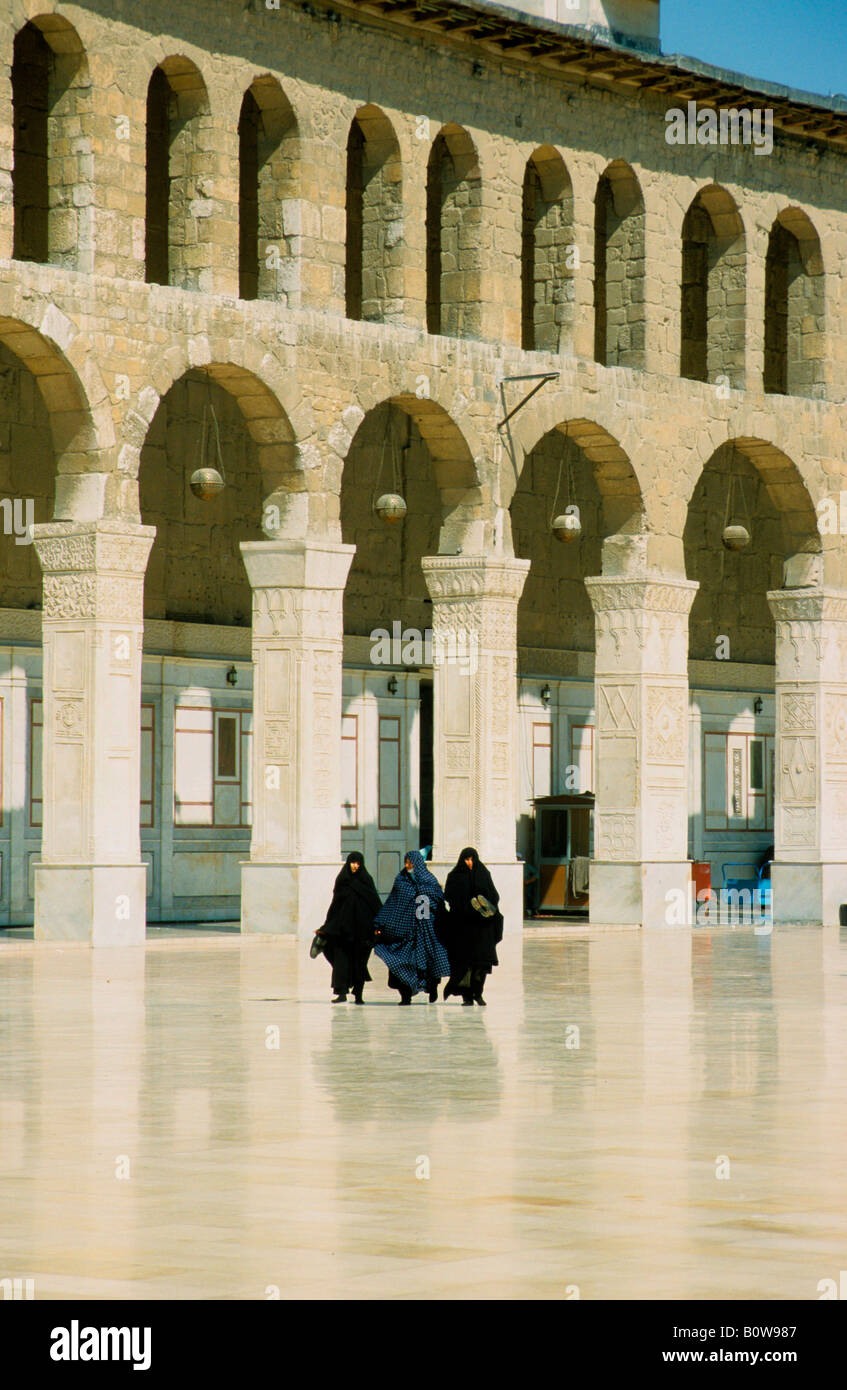 Three veiled women at the Umayyad Mosque or Grand Mosque of Damascus, Syria, Middle East - Stock Image