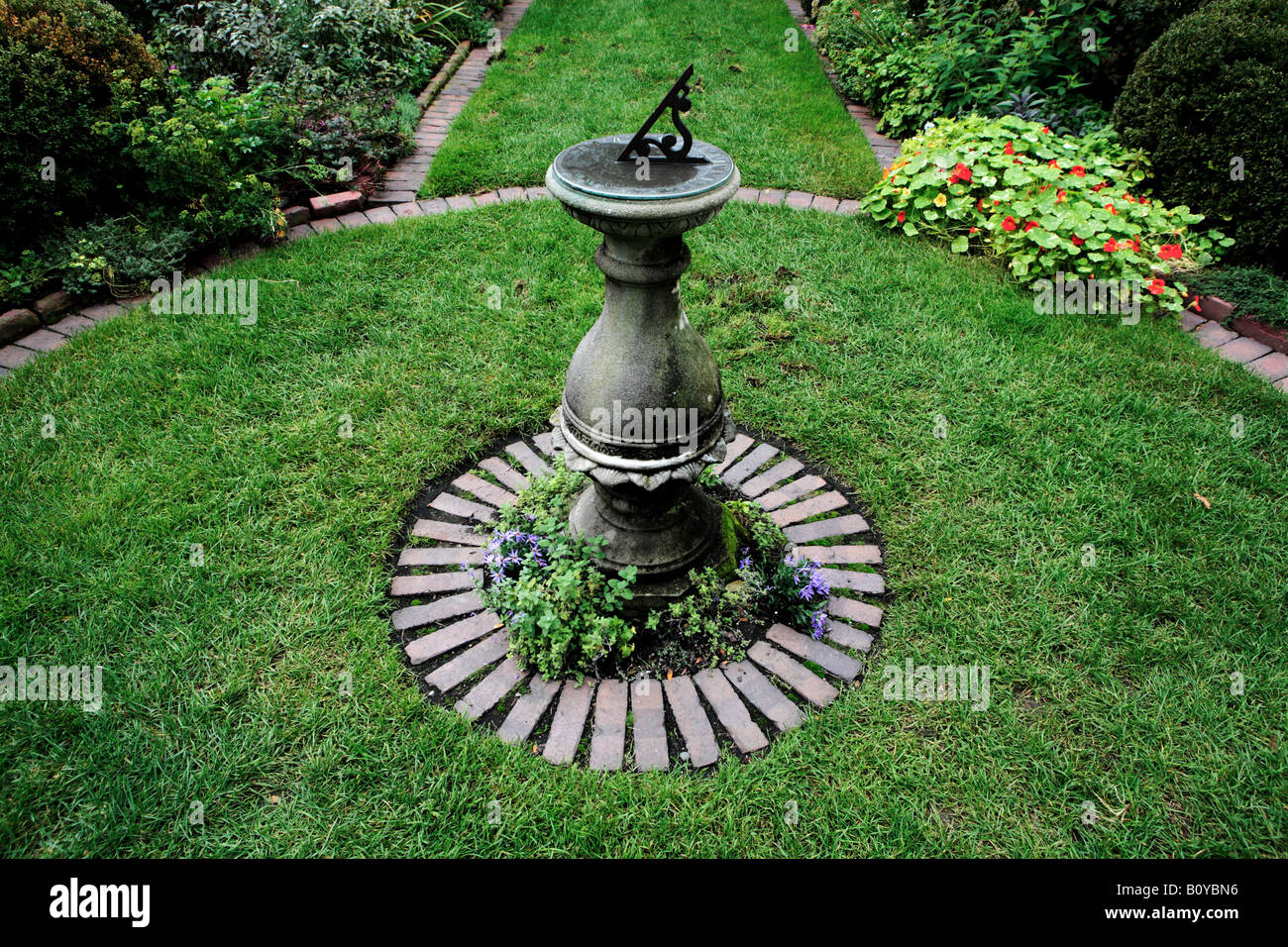 Incroyable SUNDIAL ON A STONE PEDESTAL IN SHAKESPEARE GARDEN DESIGNED BY JENS JENSEN  AND FOUNDED IN 1915 IN THE CHICAGO NORTHERN SUBURB OF