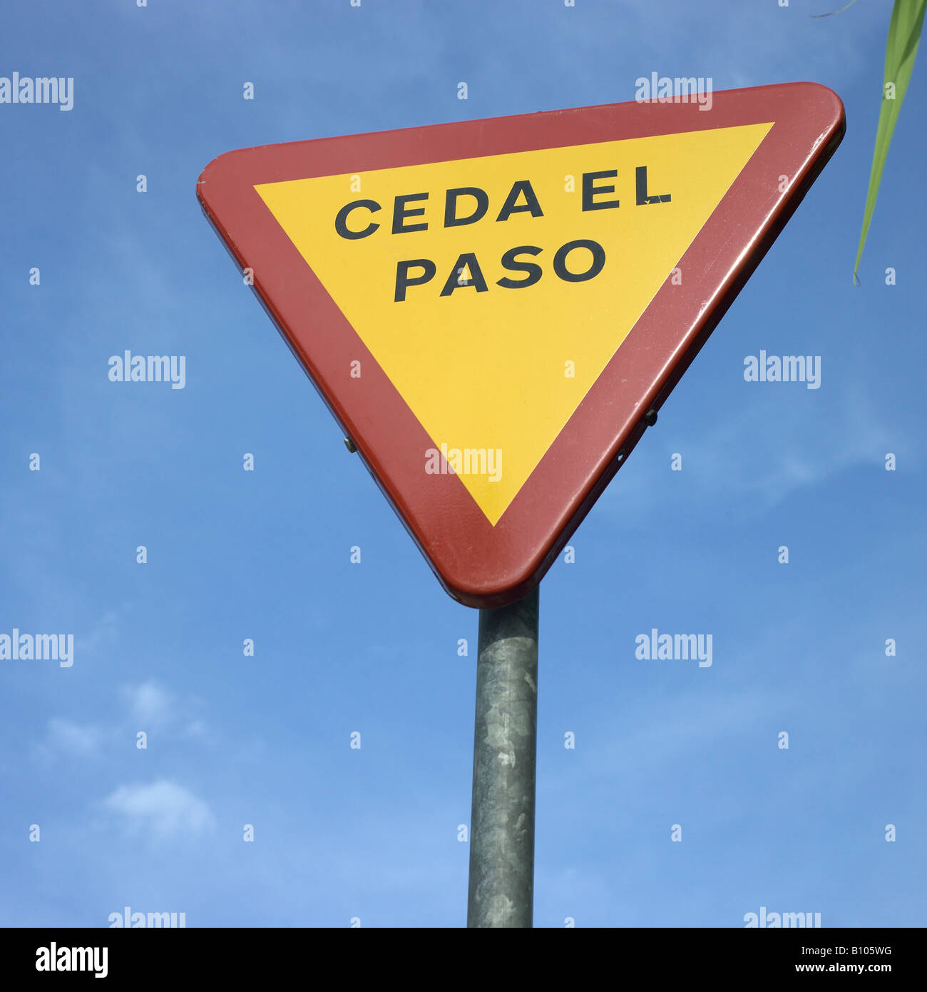 yield sign in spanish Stock Photo