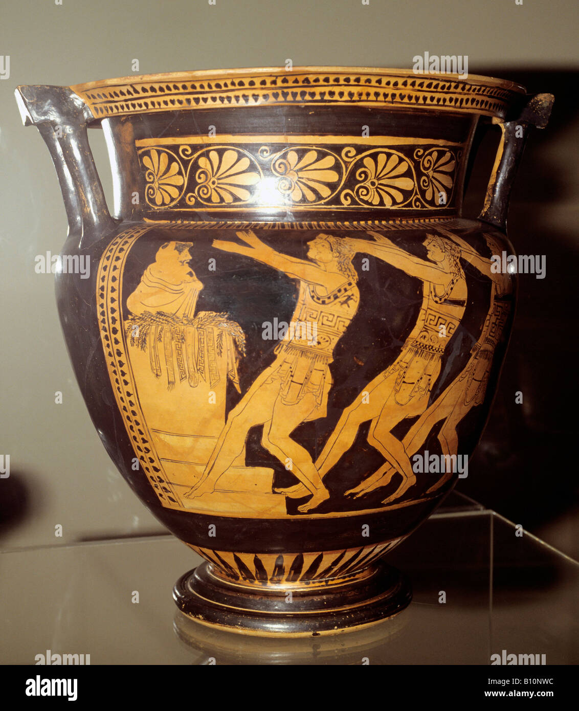 Greek theatre chorus of young warriors chant to a dead hero krater - Stock Image