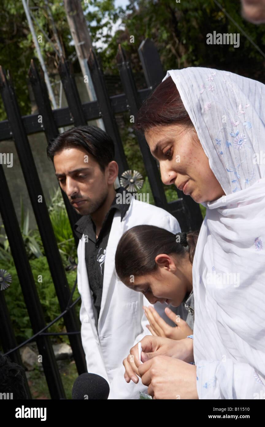 SAMREEN ASLAM SISTER OF MURDER VICTIM AMAR ASLAM IN CROW NEST PARK DEWSBURY YORKSHIRE ENGLAND - Stock Image