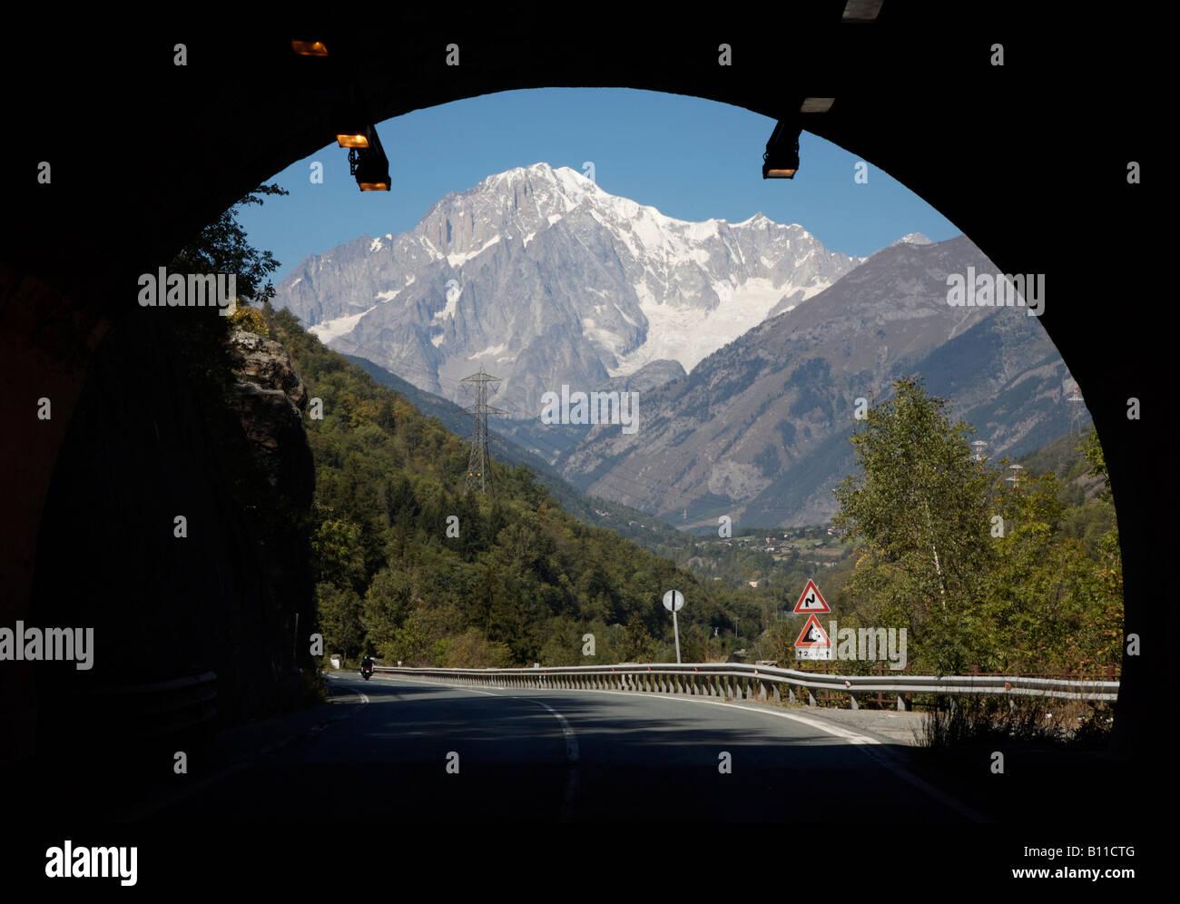 Aostatal, Blick aus einem Tunnel auf den Mont Blanc - Stock Image