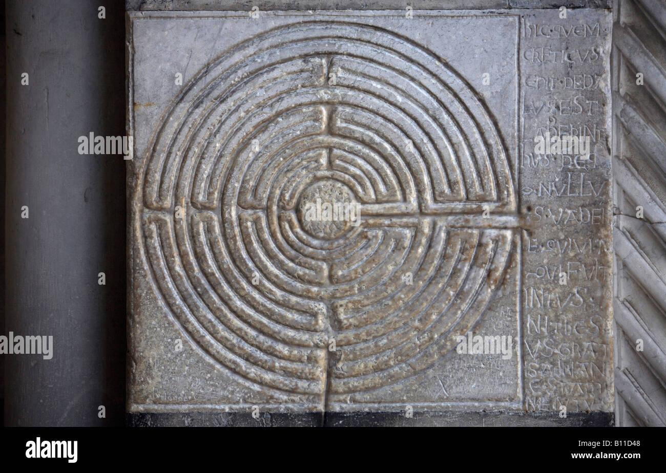 Lucca, Dom, Relief eines Irrgartens am südlichen Vorhallenpfeiler, - Stock Image