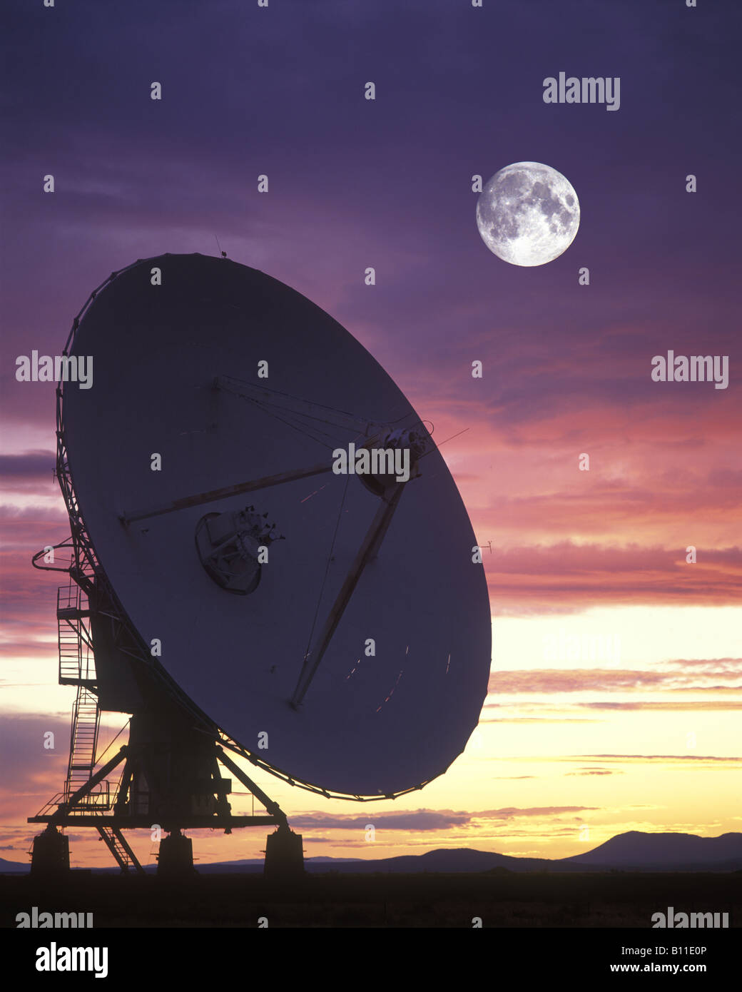 SINGLE SATELLITE DISH JANSKY VLART RADIO TELESCOPE ARRAY PLAINS OF SAINT AUGUSTINE NEW MEXICO USA - Stock Image