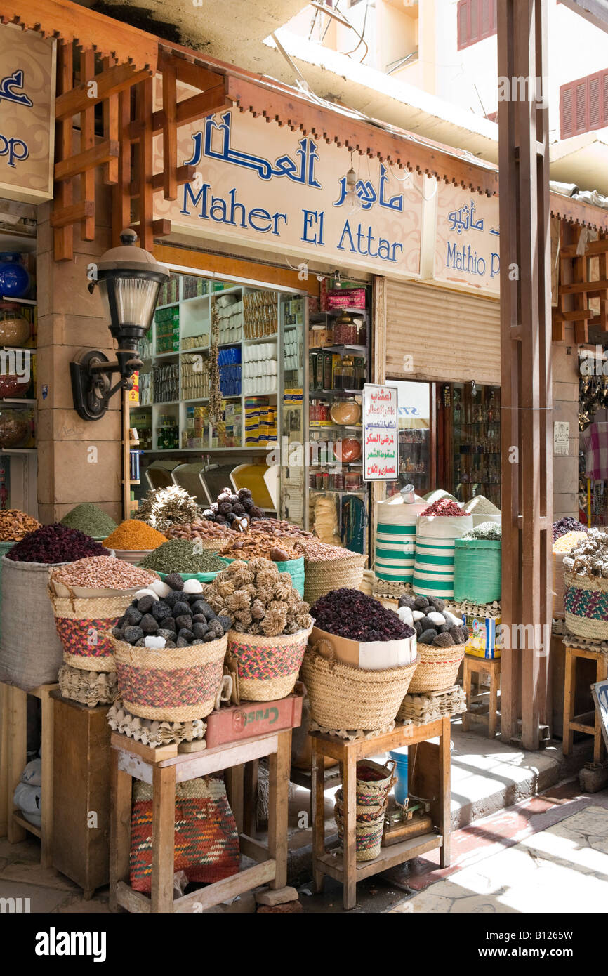 Spice shop in the bazaar, Sharia al Souk, Luxor, Nile Valley, Egypt - Stock Image