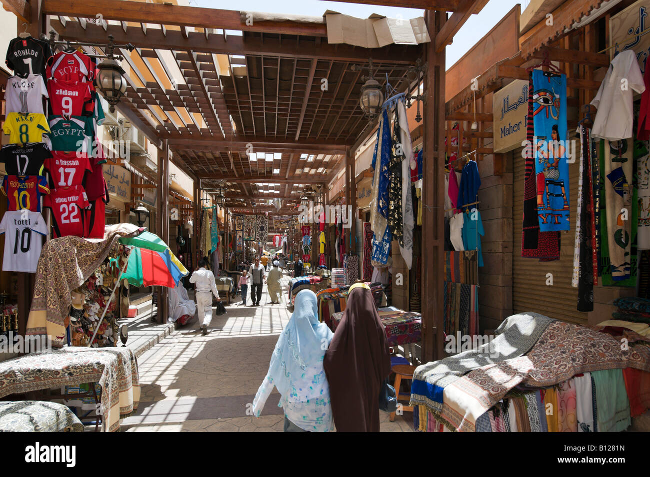 Shops in the bazaar, Sharia al Souk, Luxor, Nile Valley, Egypt - Stock Image