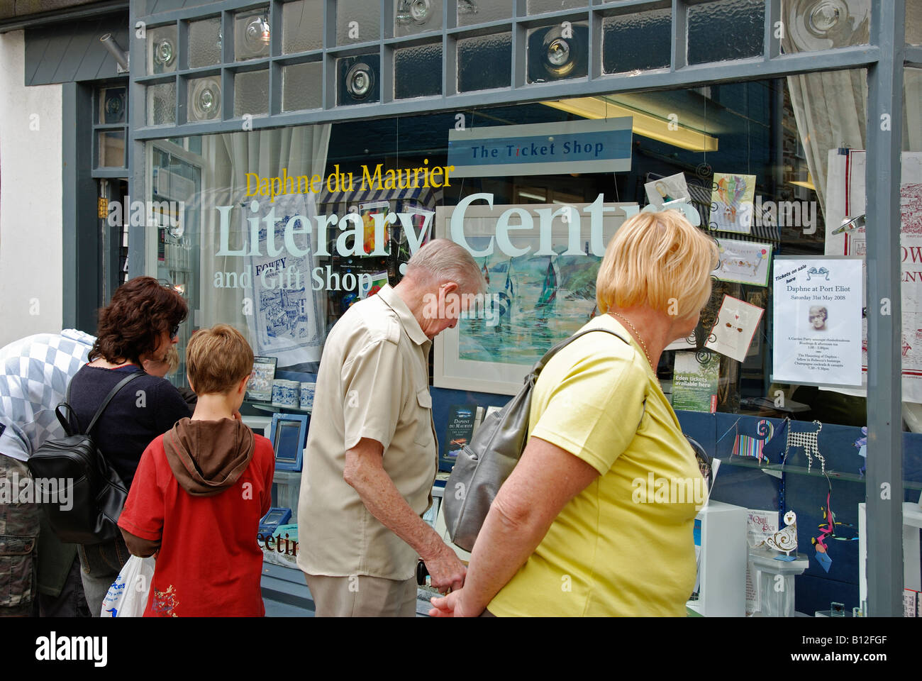 people looking in the window of the 'daphne de maurier' literary centre shop at fowey in cornwall,england,uk - Stock Image