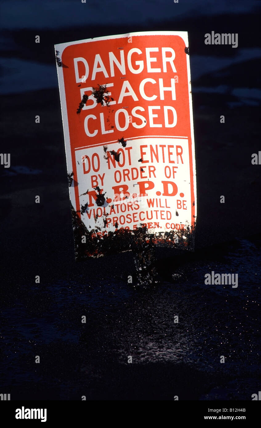 'Beach Closed' sign on oil soaked Huntington Beach after a 1990 British Petroleum oil spill in Southern California - Stock Image