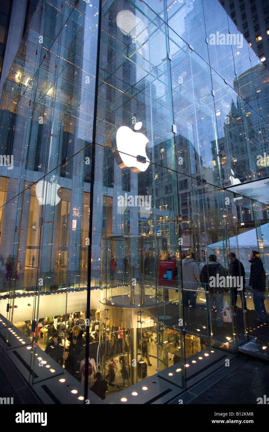 CHRISTMAS APPLE STORE FRONT FIFTH AVENUE MANHATTAN NEW
