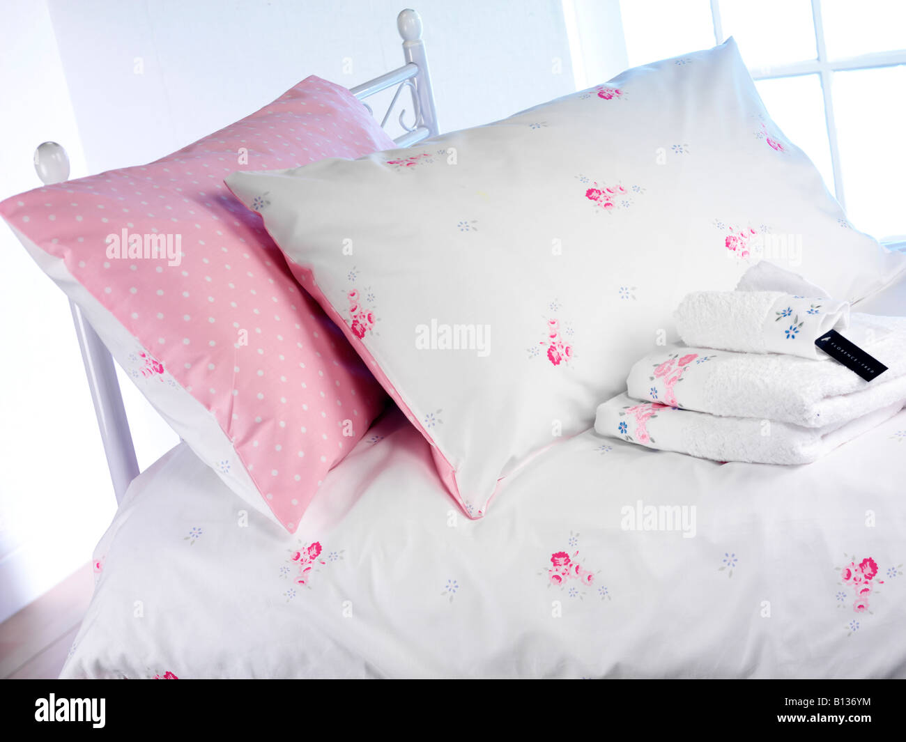 PINK AND WHITE BEDLINEN ON BED - Stock Image