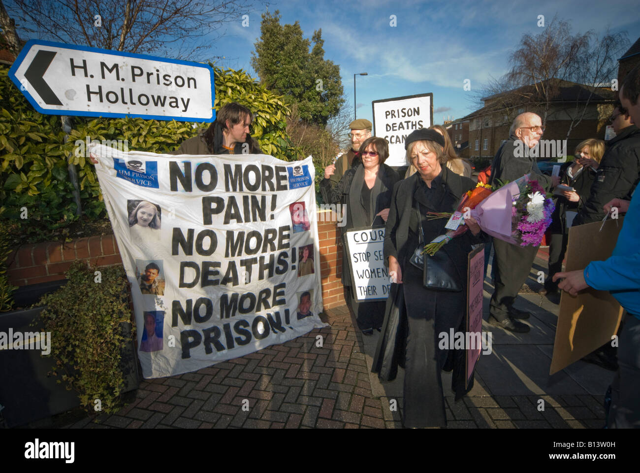 Pauline Campbell and other demonstrators with flowers and placards outside Holloway prison call for no more deaths - Stock Image