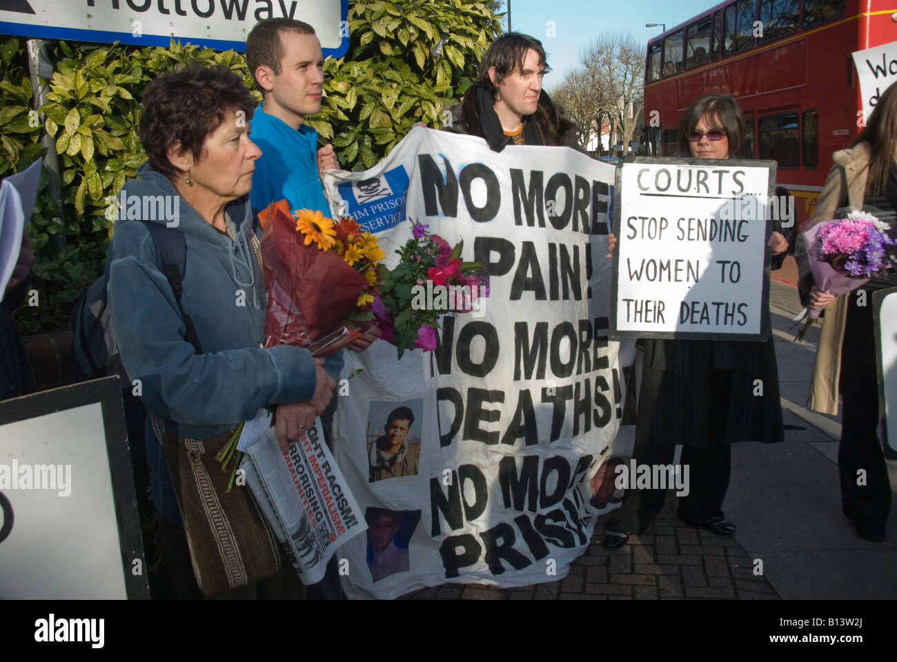 Demonstrators with flowers and placards outside Holloway prison call for no more deaths in custody. - Stock Image