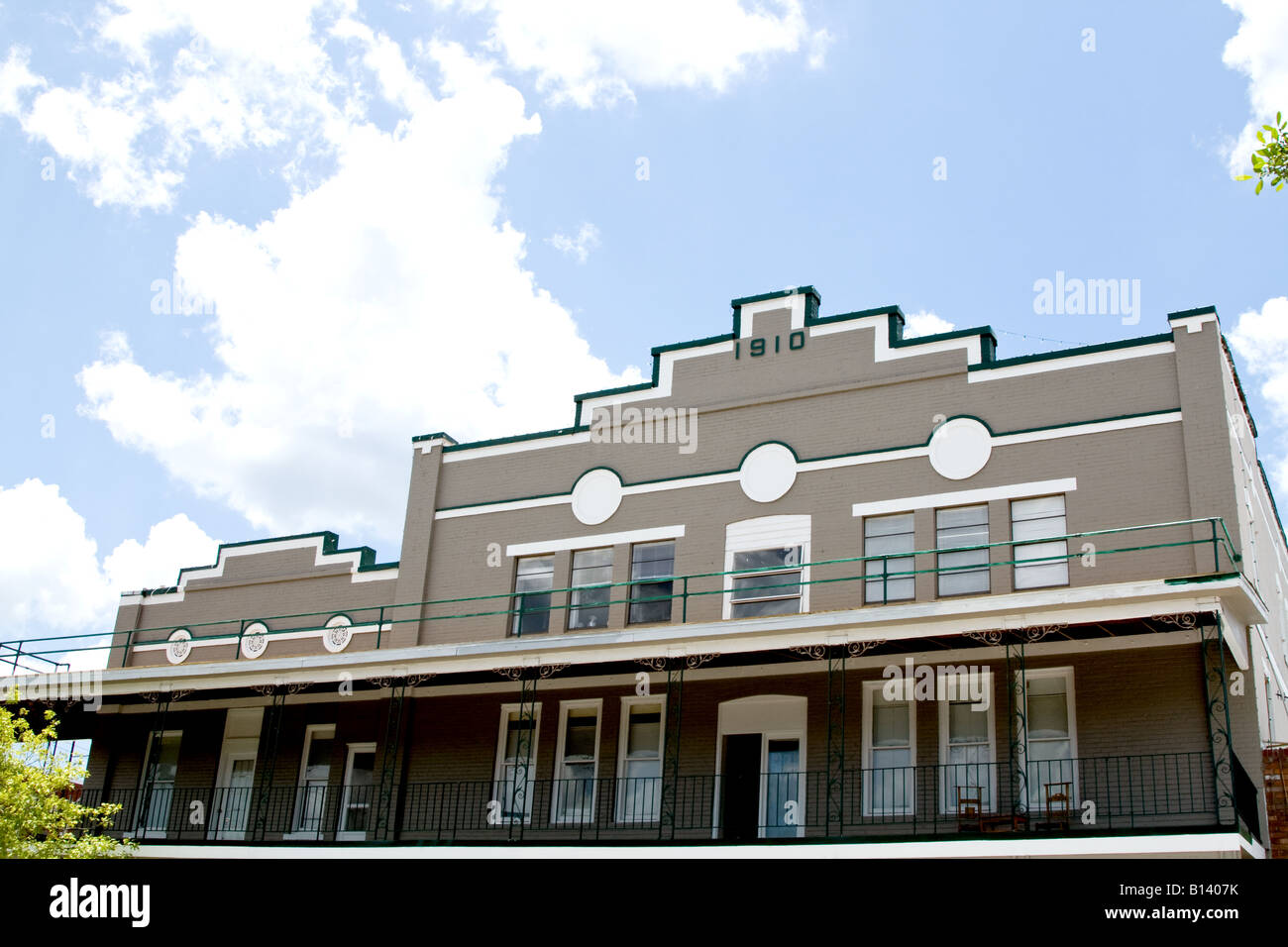 Two upper stories of a 1910 antique building against a blue sky near Orlando, Florida - Stock Image