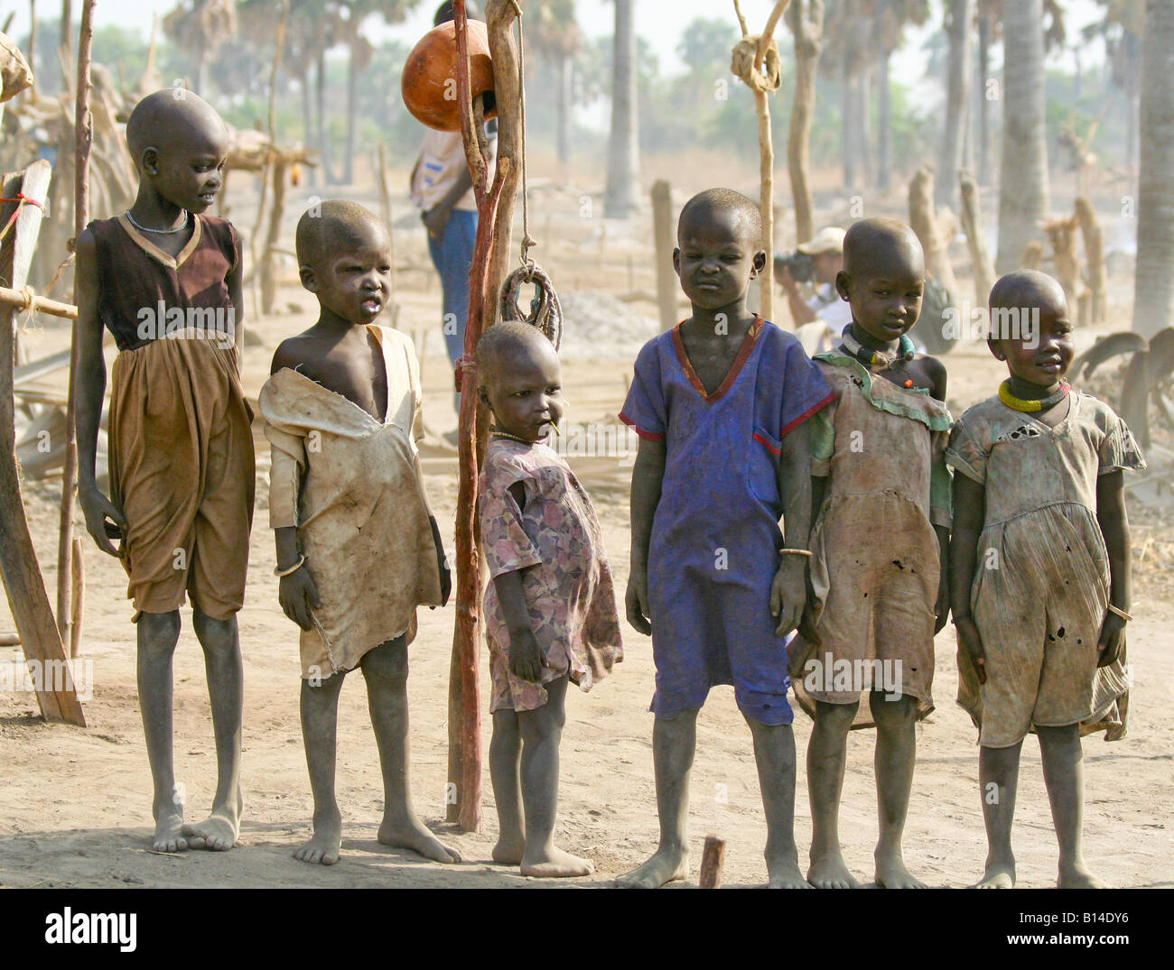 """Children growing up in a Dinka cattle camp.  The Dinka traditionally live in """"cattle camps"""" of hundreds or thousands - Stock Image"""