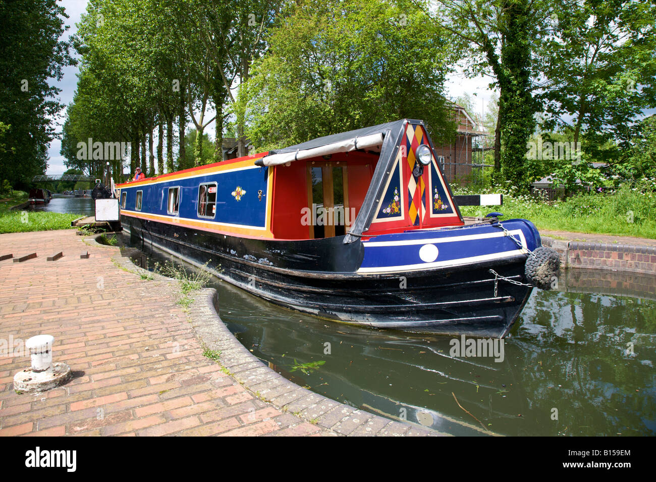 THE NARROWBOAT CENTURION NAVIGATING LOCK GATE 95 AT ALDERMASTON WHARF KENNET AND AVON CANAL, READING, BERKSHIRE - Stock Image