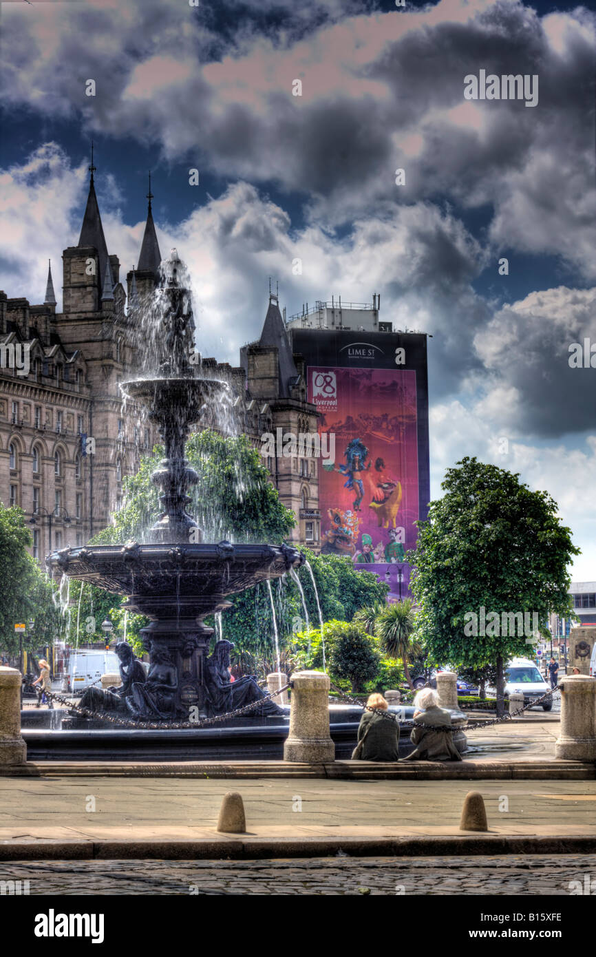 HDR image of 2 pensioners taking in the view of Lime Street Liverpool - Stock Image
