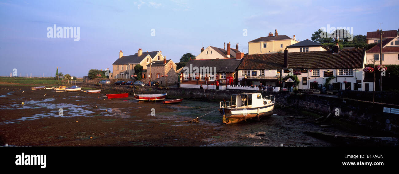 View of Cockwood, Devon, UK, across the harbour at low tide, showing the Anchor Inn - Stock Image