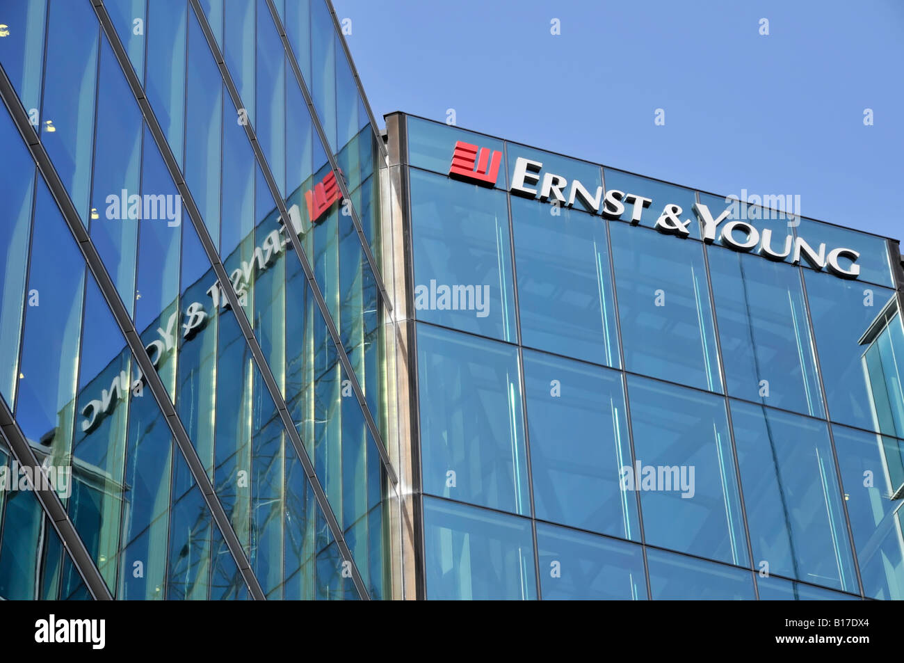 London Southwark offices of Ernst & Young with sign reflected in mirror glass cladding - Stock Image