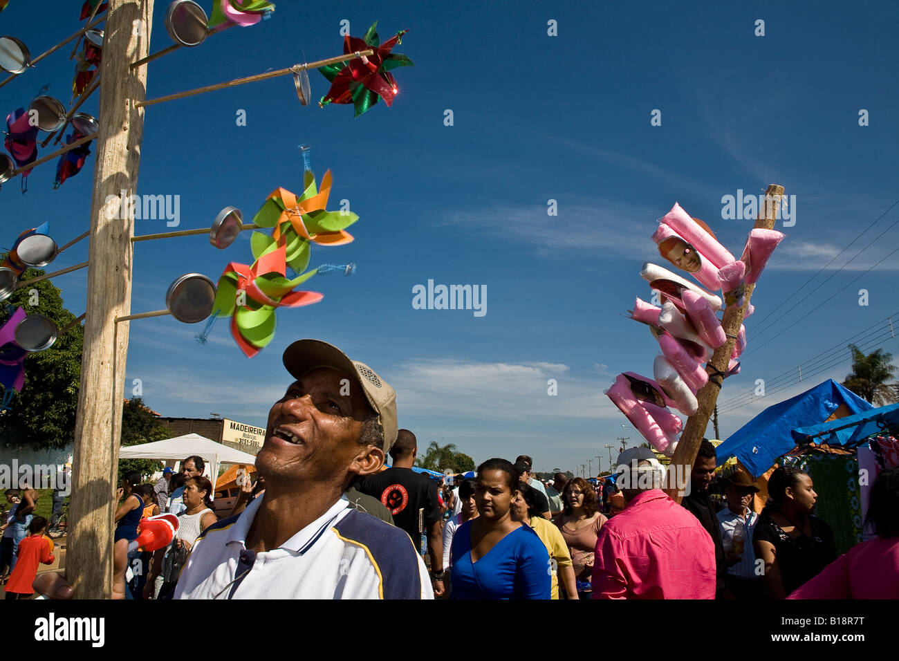 Sugarcene cutters and families migrants from Northeastern Brazil enjoy the free sunday at the open air market Sao - Stock Image