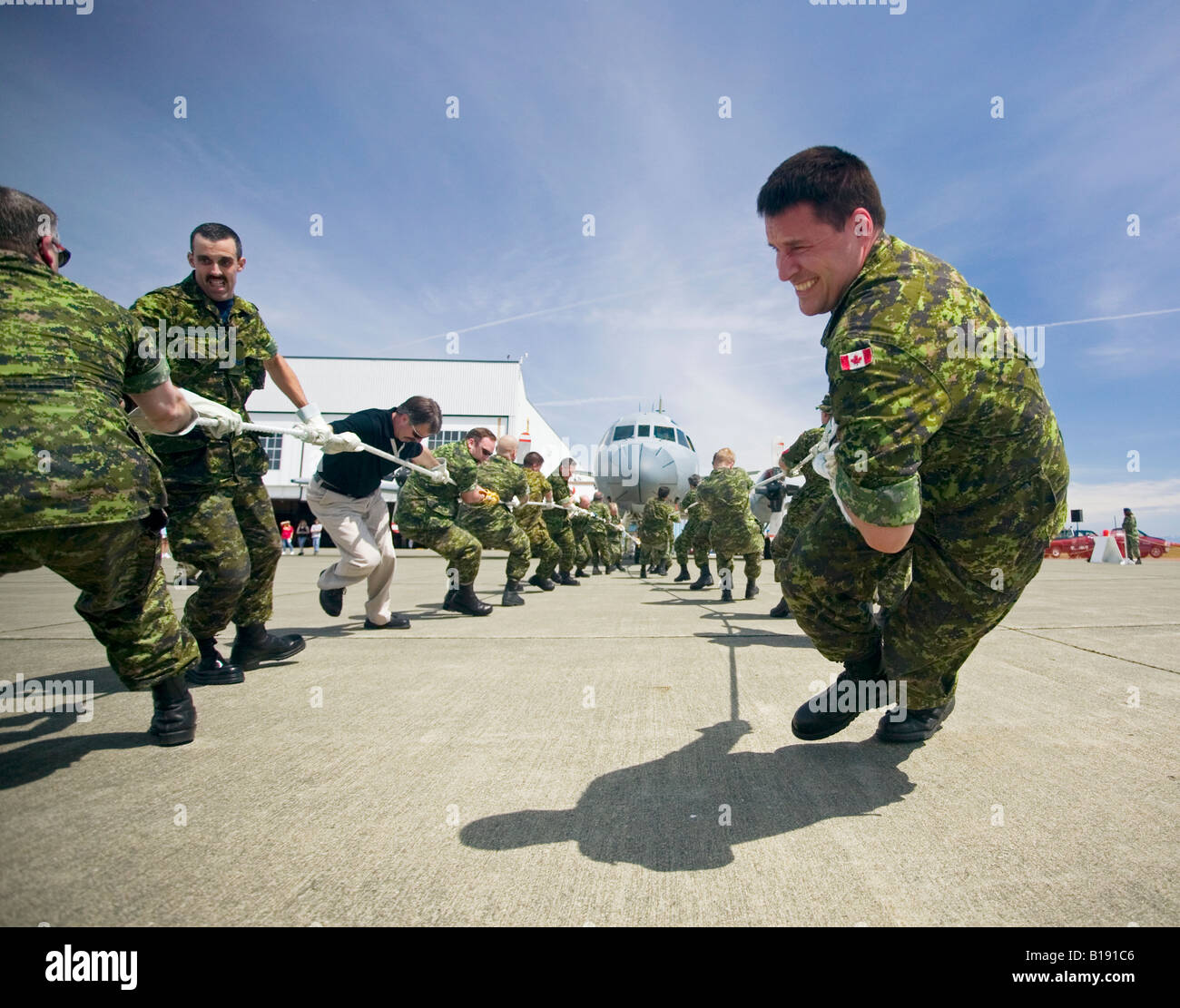#19 Airman Maintenance Squadron pulls hard during the Aurora pull at Air Forces day, CFB Comox, Vancouver Island, - Stock Image