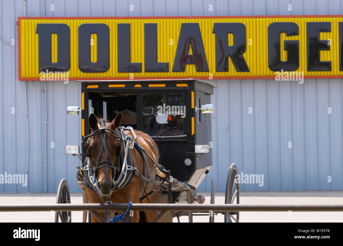 ILLINOIS Arthur Amish horse and buggy tied to hitching post outside Dollar General store - Stock Image
